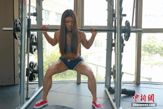8月23日,刘晨琪正在进行深蹲锻炼。1995年出生的浙江温州女孩刘晨琪,是浙江工商大学平面设计专业艺术生,毕业后走上健美之路。8月4日在新加坡举行的2018 World Regional Championships健美比赛中,她获得冠军。同时还获得2018年度杭州市健美比基尼小姐冠军、香港奥林匹亚健美大赛季军等许多重量级奖项。/p中新社发 刘佩琦 摄