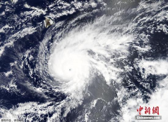 """当地时间2018年8月22日,美国夏威夷,飓风""""雷恩""""(Lane)将侵袭夏威夷。据外媒报道,美国国家气象局表示,飓风""""雷恩""""(Lane)本周将侵袭夏威夷群岛,预计将给当地带去强风和暴雨,并引发洪水和山体滑坡。据报道,美国国家气象局称,""""雷恩""""已经增强为5级飓风,预料会在23日侵袭夏威夷大岛。"""