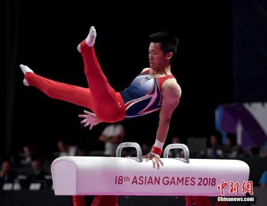 8月23日,雅加达亚运会男子鞍马决赛,中国台北选手李智凯以15.400分夺冠,这是中国台北代表团在亚运会体操历史上的首枚金牌。中国选手邹敬园、孙炜分获二、三名。图为李智凯在比赛中。<a target=