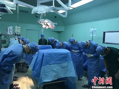 资料图:医生向捐赠器官的逝者鞠躬。中新社发 胡琼珍 摄
