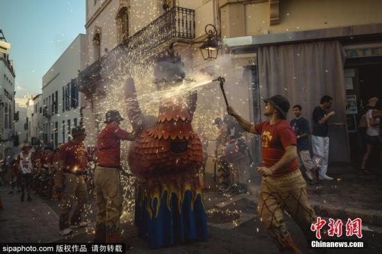 当地时间2018年8月23日,西班牙锡切斯加泰隆尼亚,当地市民庆祝西切斯狂欢节,身穿创意戏剧服装,聚集燃放烟花。图片来源:Sipaphoto 版权作品 禁止转载