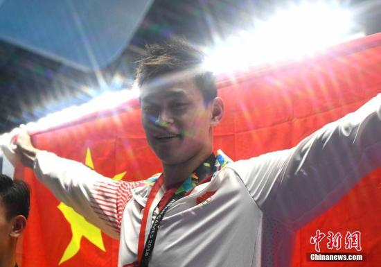 资料图:雅加达亚运会,孙杨在男子200米、400米、800米和1500米自由泳中分别斩获金牌。<a target='_blank' href='http://www.chinanews.com/'>中新社</a>记者 王东明 摄