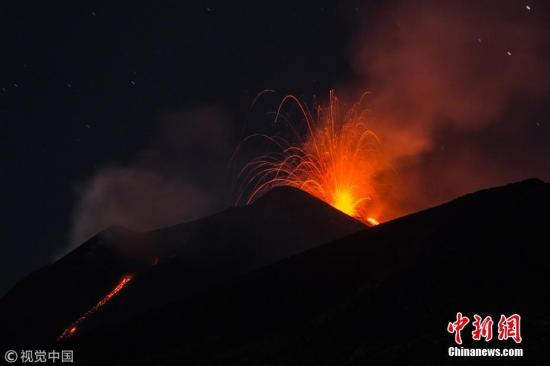 当地时间8月23日,意大利卡塔尼亚,埃特纳火山发生新的喷发。图片来源:视觉中国