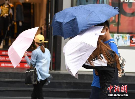 资料图:台风天气,市民出行。张瑶 摄
