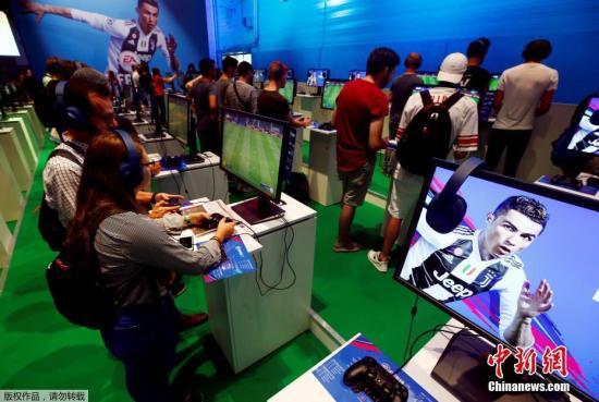 资料图:玩家体验电子竞技的乐趣。