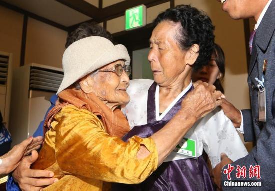 资料图:当地时间2018年8月24日,韩朝离散家属在朝鲜金刚山参加见面活动。 金刚山联合采访团 供图