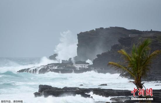"""当地时间2018年8月24日,美国夏威夷,飓风""""雷恩""""(Lane)逼近。太平洋4级飓风""""莱恩""""预料最快将于当地时间25日逼近美国夏威夷对开海域,若最终在夏威夷登陆,将是自1992年飓风""""伊尼基""""后,26年来首个登陆夏威夷的飓风。"""