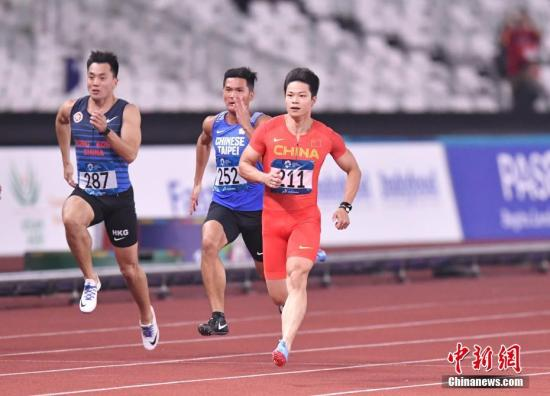 8月25日,2018年雅加达亚运会田径男子100米预赛,中国飞人苏炳添在第三小组第五道出发,他以绝对优势获得小组第一,成绩为10秒27。另一名参赛的中国选手许周政,在第三小组以10秒40获得小组第二, 也顺利获得晋级半决赛的资格。图为苏炳添比赛中。 <a target='_blank' href='http://www.chinanews.com/'>中新社</a>记者 李霈韵 摄