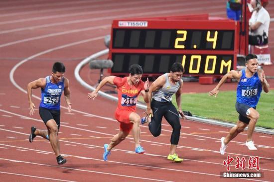 8月25日,2018年雅加达亚运会田径男子100米预赛,中国飞人苏炳添在第三小组第五道出发,他以绝对优势获得小组第一,成绩为10秒27。另一名参赛的中国选手许周政,在第三小组以10秒40获得小组第二, 也顺利获得晋级半决赛的资格。图为苏炳添比赛中。 /p中新社记者 杨华峰 摄