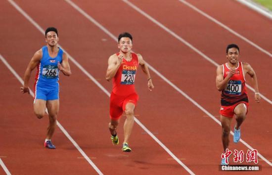 8月25日,2018年雅加达亚运会田径男子100米预赛,中国飞人苏炳添在第三小组第五道出发,他以绝对优势获得小组第一,成绩为10秒27。另一名参赛的中国选手许周政,在第三小组以10秒40获得小组第二, 也顺利获得晋级半决赛的资格。图为许周政比赛中。 /p中新社记者 杜洋 摄