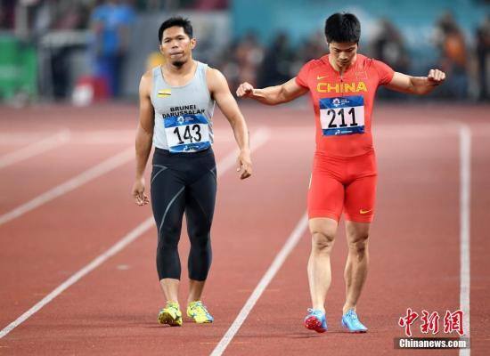 8月25日,2018年雅加达亚运会田径男子100米预赛,中国飞人苏炳添在第三小组第五道出发,他以绝对优势获得小组第一,成绩为10秒27。另一名参赛的中国选手许周政,在第三小组以10秒40获得小组第二, 也顺利获得晋级半决赛的资格。图为苏炳添赛前准备。 /p中新社记者 侯宇 摄