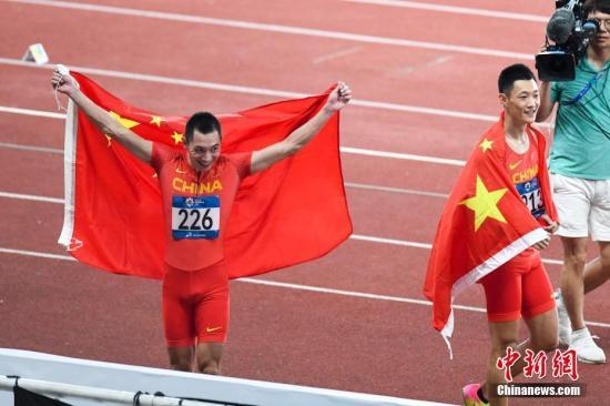 8月26日,雅加达亚运会田径男子跳远决赛结束。中国的两位选手王嘉男(213)、张耀广(226)分别以8.24米、8.15米包揽了田径男子跳远的金银牌。<a target='_blank' href='http://www.chinanews.com/'>中新社</a>记者 杨华峰 摄