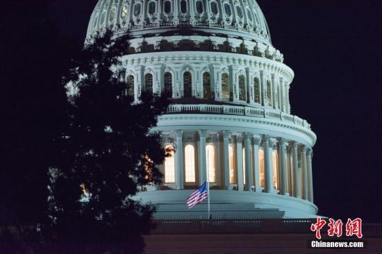 当地时间2018-12-14,美国华盛顿,美国白宫、国会大厦降半旗哀悼参议员麦凯恩去世。美国共和党籍国会参议员约翰-麦凯恩因脑肿瘤去世,享年81岁。