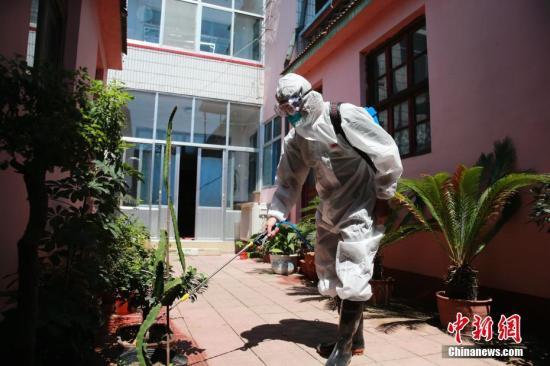 洪水退去后,防疫人员对每家每户进行消杀,灭蚊灭蝇。<a target='_blank' href='http://www.chinanews.com/'>中新社</a>记者 沙见龙 摄