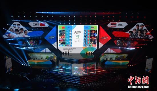 资料图:2018年8月26日,中国电竞队迎来亚运会首秀,在《王者荣耀国际版(AoV)》表演项目中第一轮拿下泰国队初战告捷,第二轮轻松取胜中国台北。虽然在雅加达亚运会上电竞项目仅作为表演赛进行,但丝毫没有影响现场观众的热情,观众席上不乏中国玩家的身影。中新社记者 李霈韵 摄