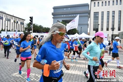 资料图:跑者在参加马拉松比赛。/p中新社记者 任东 摄