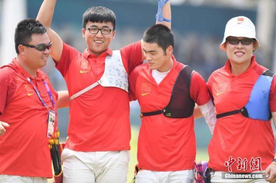 资料图:雅加达亚运会射箭男子团体反曲弓铜牌赛中,中国队以6比0战胜蒙古队夺铜。中新社记者 杨华峰 摄
