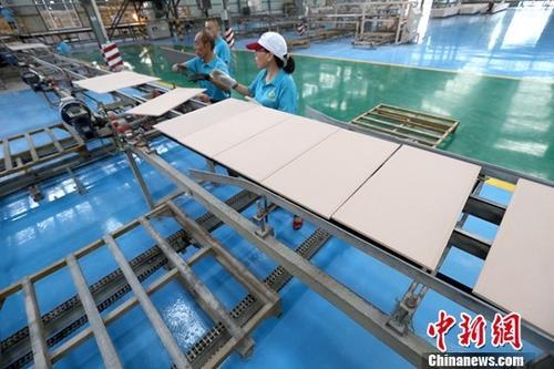 资料图:某企业工作人员正在生产作业。<a target='_blank' href='http://www.iphonetoolchain.cn/'>中新社</a>记者 张云 摄