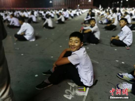资料图:学生们群集在平壤火车站,准备到场朝鲜国庆节前排演。<a target='_blank' href='http://www.chinanews.com/' >中新网</a>记者 邱宇 摄