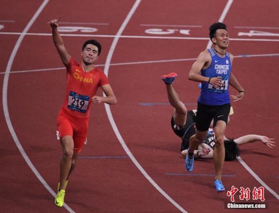 8月28日晚间,雅加达亚运会田径男人110米栏决赛,我国选手谢文骏以13秒34的赛季最好成果夺得冠军。图为谢文骏(红)在竞赛中。记者 李霈韵 摄