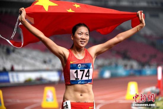 8月28日晚间,雅加达亚运会田径女子800米决赛,中国选手王春雨以2分01秒80的赛季最好成绩夺得冠军。图为王春雨在比赛中。<a target='_blank' href='http://www.chinanews.com/'>中新社</a>记者 王东明 摄