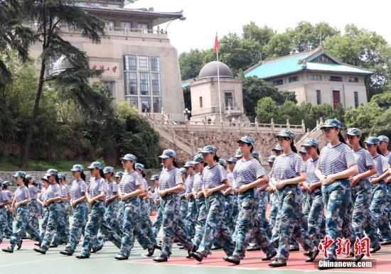 8月28日,武汉大学2018级新生正在军训。<a target='_blank' href='http://www.chinanews.com/'>中新社</a>记者 赵军 摄
