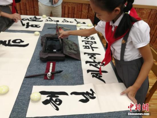 资料图:9岁的朝鲜女孩方美玲(音)训练毛笔字。<a target='_blank' href='http://www.chinanews.com/' >中新网</a>记者 邱宇 摄