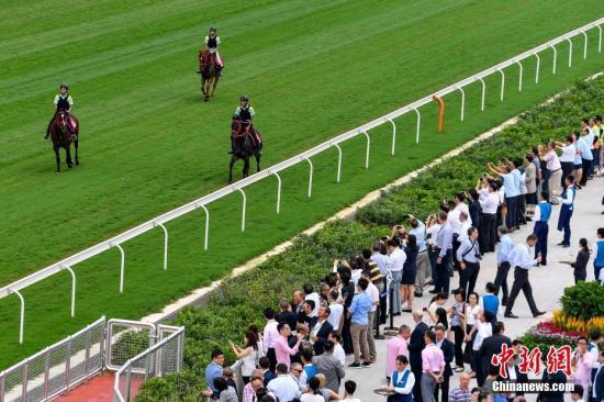 8月28日,香港赛马会从化马场正式启用。香港赛马会从化马场位于广州市从化区,是内地最大规模、最高标准、最为完善的国际马场类综合体,拥有4条跑道、9座马房、20个放草休闲区等施设,为香港沙田马场现役赛马提供训练、饲养等服务。<a target='_blank' href='http://www.chinanews.com/'>中新社</a>记者 陈骥�F 摄