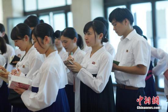 资料图:朝鲜学生在少年宫参观,他们身着统一的朝鲜传统服饰,有的学生手里拿着小本子,边听边记。《中国新闻周刊》记者 甄宏戈 摄