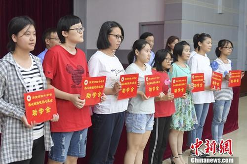 资料图:贫困学生获得助学金资助。<a target='_blank' href='http://www.chinanews.com/'>中新社</a>记者 张勇 摄