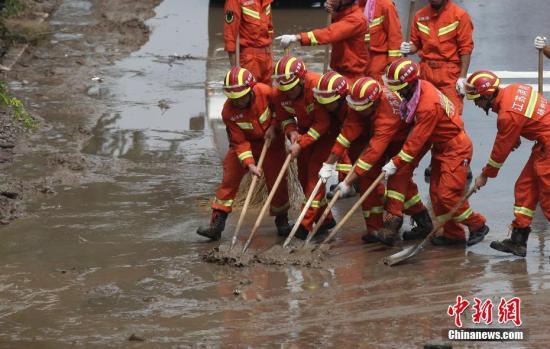 资料图:江苏消防官兵驰援寿光灾区进行道路清淤。孟德龙 摄