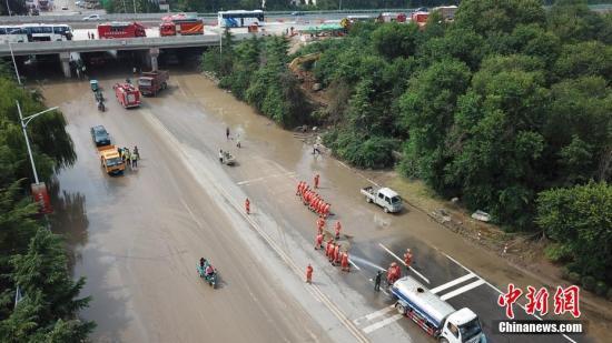 图为消防官兵在寿光市纪台镇寿尧路高速桥下道路清淤。孟德龙 摄
