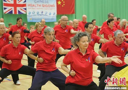 8月28日,盛况空前的第三届欧洲健身气功运动会在伦敦英国著名学府赫特福德大学举行,来自英国、德国、法国、比利时、西班牙、俄罗斯等欧洲国家,以及非欧洲国家共24个国家和地区89个团体近300名气功爱好者参加。 <a target='_blank' href='http://www.chinanews.com/'>中新社</a>记者 张平 摄