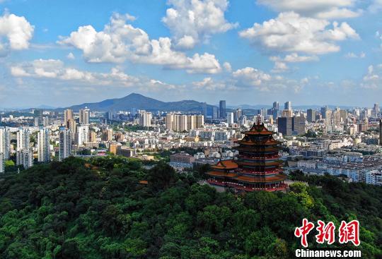 资料图:蓝天白云下的南京城一隅。 泱波 摄