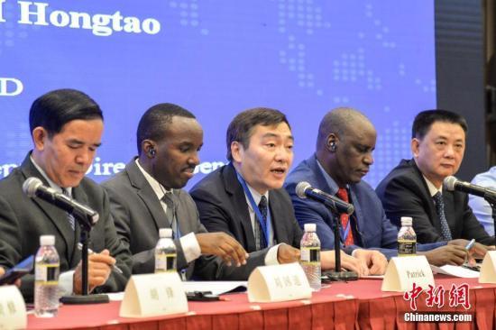 8月30日,首届中非热带农业科技合作论坛在海南博鳌开幕,来自中国以及卢旺达、赞比亚、坦桑尼亚、尼日利亚、喀麦隆等非洲国家的专家学者齐聚一堂,围绕中非热带农业科技创新合作、热带农业交流合作平台搭建与可持续发展、热带农业农村人力资源开发合作等议题展开交流研讨。图为中国农业农村部对外经济合作中心副主任李洪涛(中)致辞。 中新社记者 洪坚鹏 摄