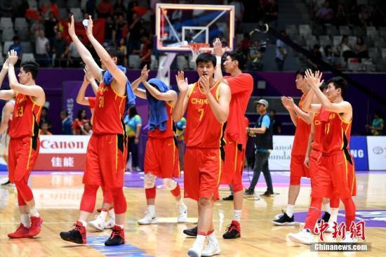 8月30日晚,亚运男篮半决赛,中国队(红)86比63击败中国台北,与伊朗队会师决赛。<a target='_blank' href='http://www.chinanews.com/'>中新社</a>记者 王东明 摄