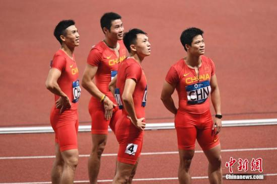 8月30日晚间,雅加达亚运会田径男子4x100米接力决赛,中国队以38秒89的成绩获得第三名。日本队获得冠军,印尼队获得银牌。图为完赛后,中国队选手紧盯大屏幕回放。<a target='_blank'  data-cke-saved-href='http://www.chinanews.com/' href='http://www.chinanews.com/'>中新社</a>记者 杨华峰 摄