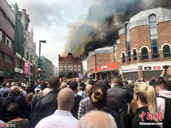 当地民众及游客围观火灾现场。 图片来源:东方IC 版权作品 请勿转载