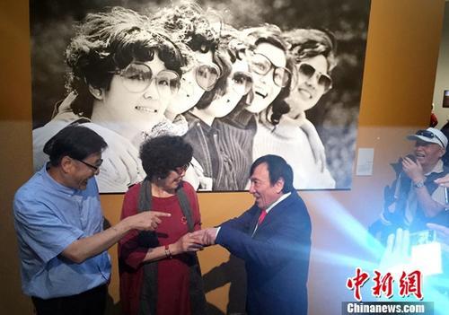 8月30日,著名摄影家王文澜、陈小波、杨绍明、贾国荣等(从左至右)在影展上相见言欢。中新社记者 毛建军 摄