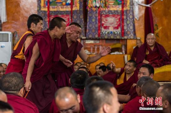资料图:西藏扎什伦布寺僧人辩经答辩。何蓬磊 摄