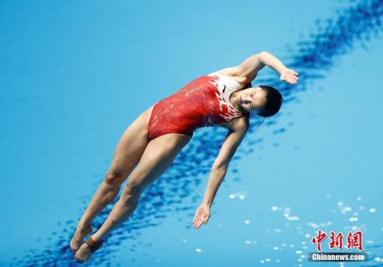 8月31日,雅加达亚运会跳水项目的比赛进入第四日的争夺,在女子1米板决赛中,中国选手包揽金银牌,王涵以323.55分夺得冠军,陈艺文获得银牌,中国跳水队在该项目上实现了亚运五连冠。图为王涵在比赛中。中新记者 杜洋 摄