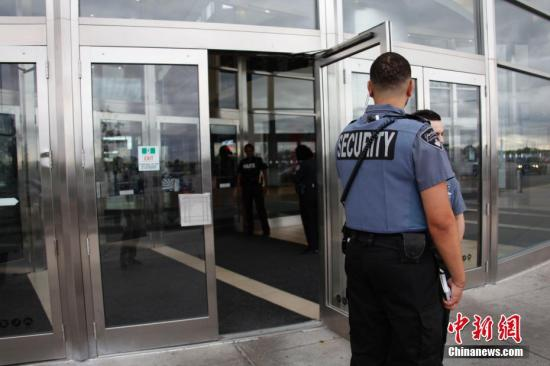 购物中心在事发后被全面封锁,安保人员及警方人员把守入口。 余瑞冬 摄