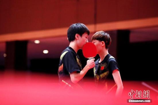 资料图:林高远/王曼昱在比赛中交流。 /p记者 刘关关 摄