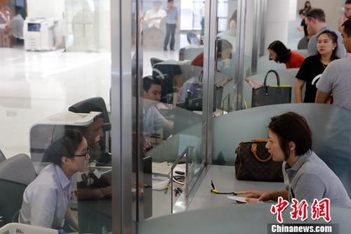 资料图:出入境窗口。中新社记者 殷立勤 摄