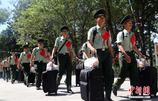 资料图:满服役期士兵脱下军装,踏上返乡路程。李结义 摄