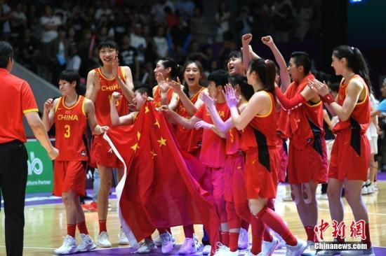 资料图:2018雅加达亚运会女篮决赛结束,中国女篮经过苦战以71-65险胜朝韩联队,时隔八年重夺亚运会冠军。/p中新社记者 王东明 摄