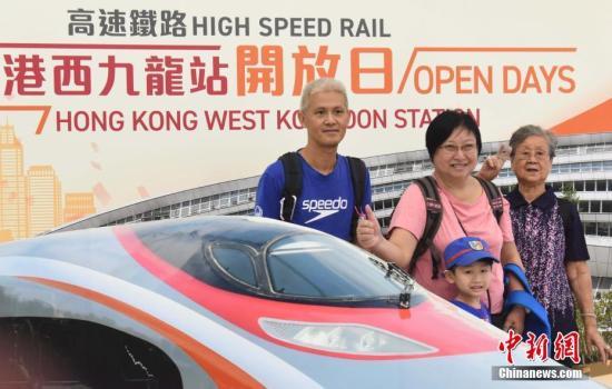 广深港高铁香港段将于本月23日通车。9月1日起,港铁一连两日举办高铁西九龙站公众开放日,大批市民入场参观,除了了解高铁设施运作外,亦在站内兴奋留影。记者 麦尚旻 摄