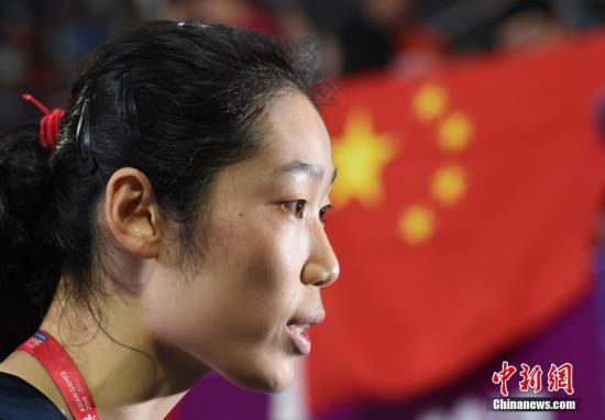 9月1日,2018年雅加达亚运会女排决赛,中国女排迎战首次闯入亚运会决赛的泰国女排。中国女排以3-0横扫泰国女排夺冠,三局比分为25-19、25-17和25-13,这是中国女排亚运会第8个冠军。图为中国队队长朱婷在赛后接受采访。中新社记者 侯宇 摄