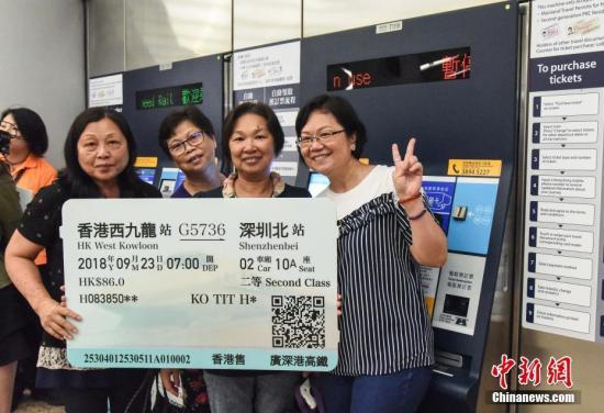 广深港高铁香港段将于本月23日通车。9月1日起,港铁一连两日举办高铁西九龙站公众开放日,大批市民入场参观,除了了解高铁设施运作外,亦在站内兴奋留影。/p中新社记者 麦尚�F 摄
