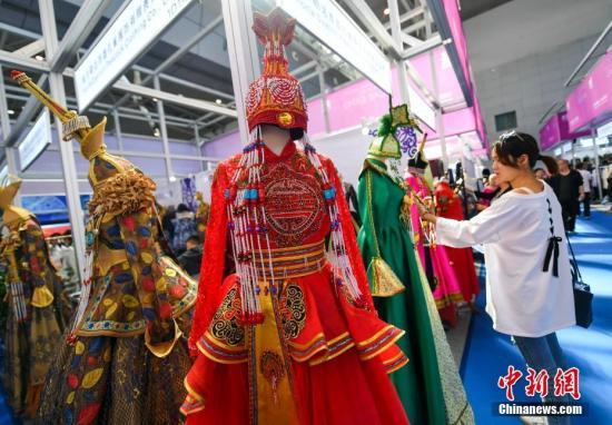 资料图:中国�D亚欧博览会上,新疆多个民族的精美服饰受到关注。中新社记者 刘新 摄